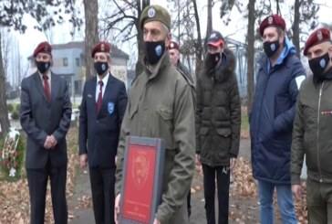 Zastava 63. padobranske brigade na putu oko sveta – kod Spomenika palim borcima kraj Zapadne Morave