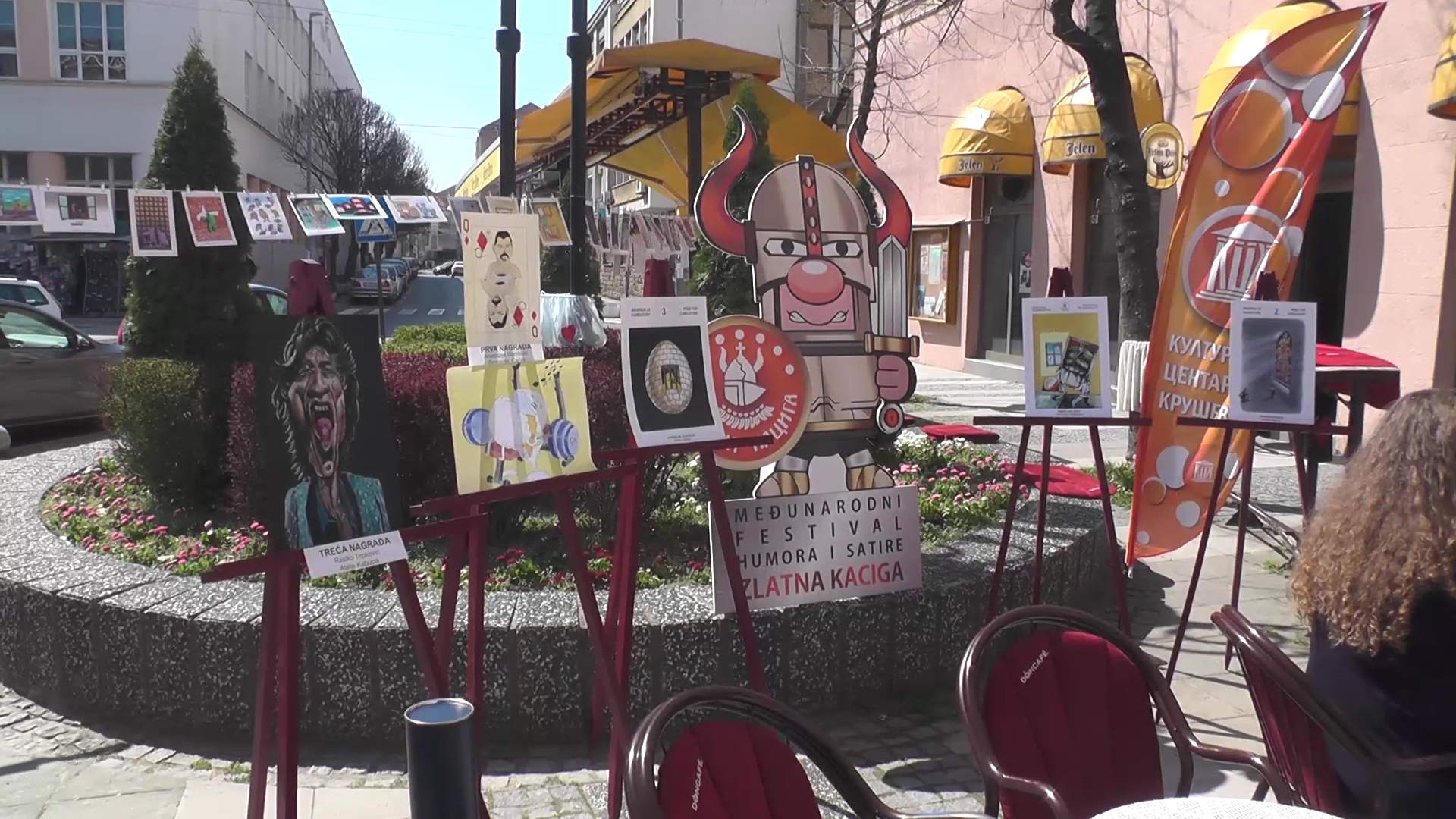 Povodom 29. festivala Humora i satire Zlatna kaciga – ispred Kulturnog centra Kruševac održana izložba radova