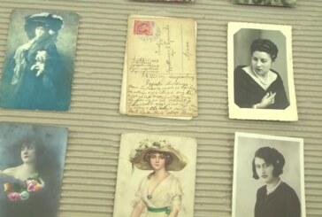 Izložba starih anzist karti i razglednica sa motivom devojaka i parova u Narodnoj biblioteci Kruševac