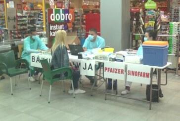 Vakcinalni punkt u holu DIS marketa u Kruševcu