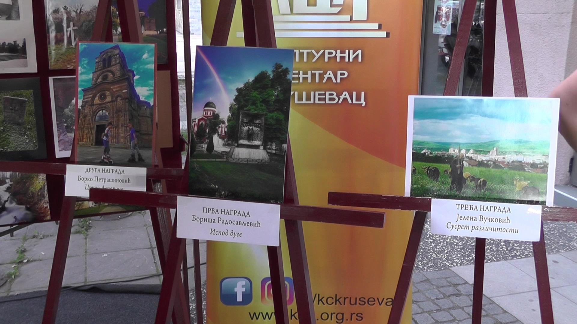 """Na platou ispred Kulturnog centra Kruševac izložba radova foto konkursa """"Moj grad Kruševac"""""""