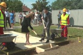 Ministar prosvete Branko Ružić i gradonačelnica Jasmina Palurović postavili kamen temeljac za dogradnju vrtića Golub mira
