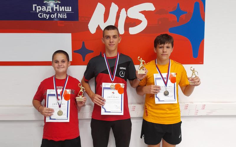"Stonoteniseri kluba ""Napad"" osvoli tri titule na memorijalnom turniru u Nišu"